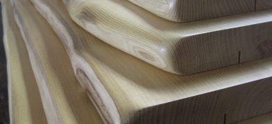 Fensterbänke aus Holz mit Baumkante, Natur