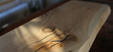 Holzfensterbank, Wildeiche Epoxidharz-Füllung mit Naturkante
