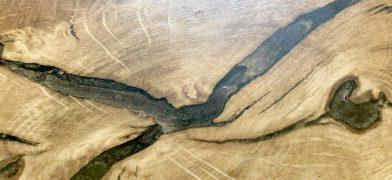 Holzfensterbank Eiche mit Epoxidharz-Füllung gold-braun