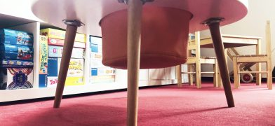 Kindertisch mit Aufbewahrungs-Fach als Sack in Spiegelei-Form